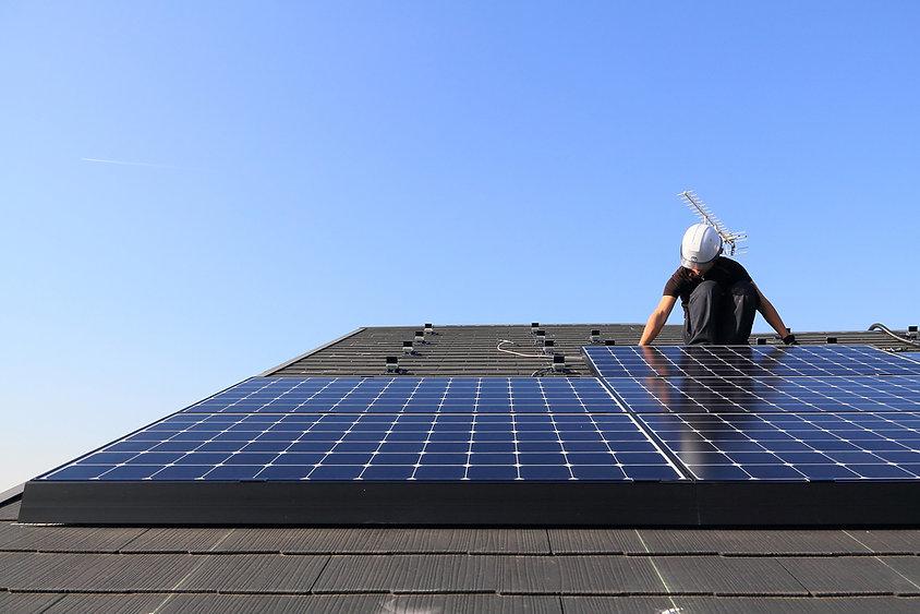 青空の下の太陽光発電システム