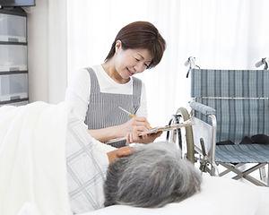 クリップボードを持つ看護師