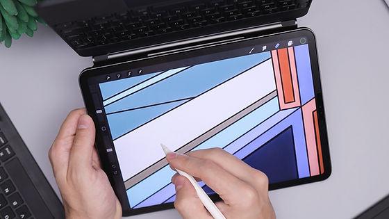 Kleiner Laptop mit bunten Bild als Hintergrund