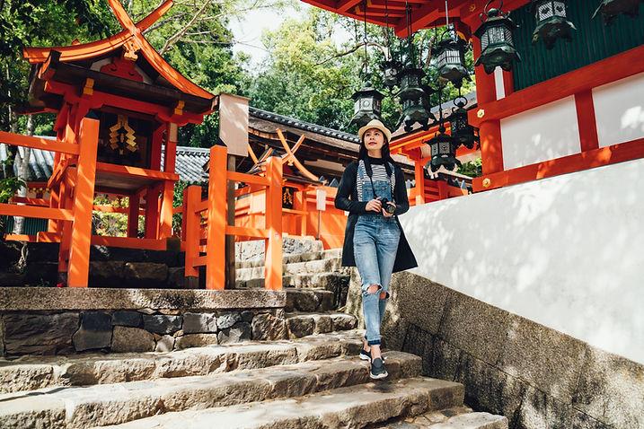 神社を訪れた観光客