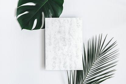 Foglie tropicali e carta marmorizzata
