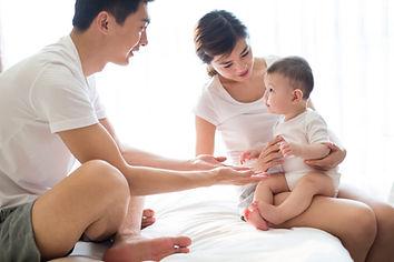 幸せな若い家族