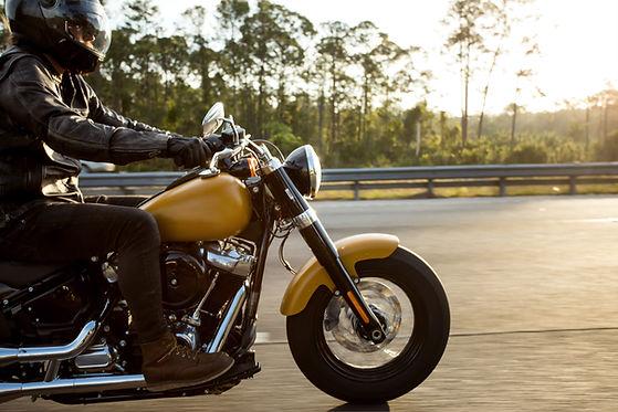 路上でバイクを運転