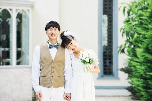 結婚式場での若い新婚カップル