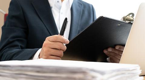 書類とビジネスマン