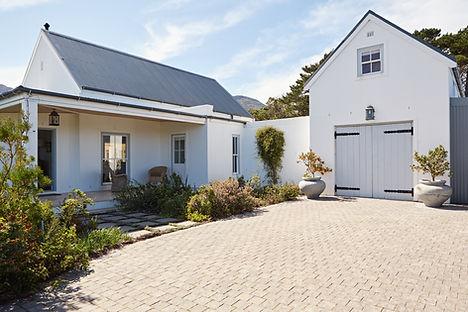 Haus im Landhausstil als Hinweis auf die Tätigkeiten des Notars Raupach im Bereich des Immobilenrechts (Kauf eines Grundstücks, eines Hauses, einer Wohnung, eines Erbbaurechts usw.)