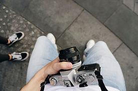 Trzymając aparat