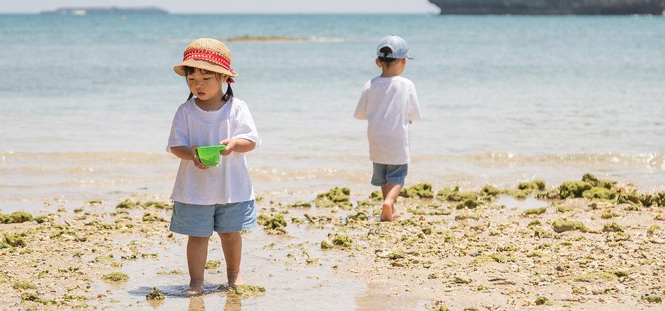 Kleines Mädchen, das im Sand spielt