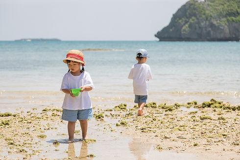 浜辺で砂遊びをする子供たち