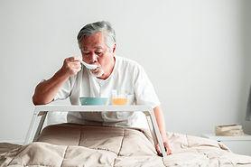 朝食をとる男性