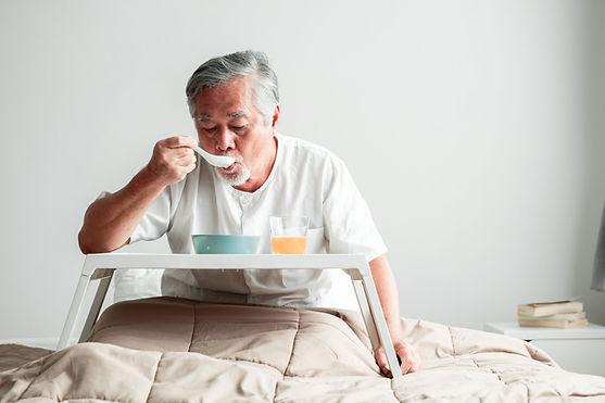 男人吃早餐
