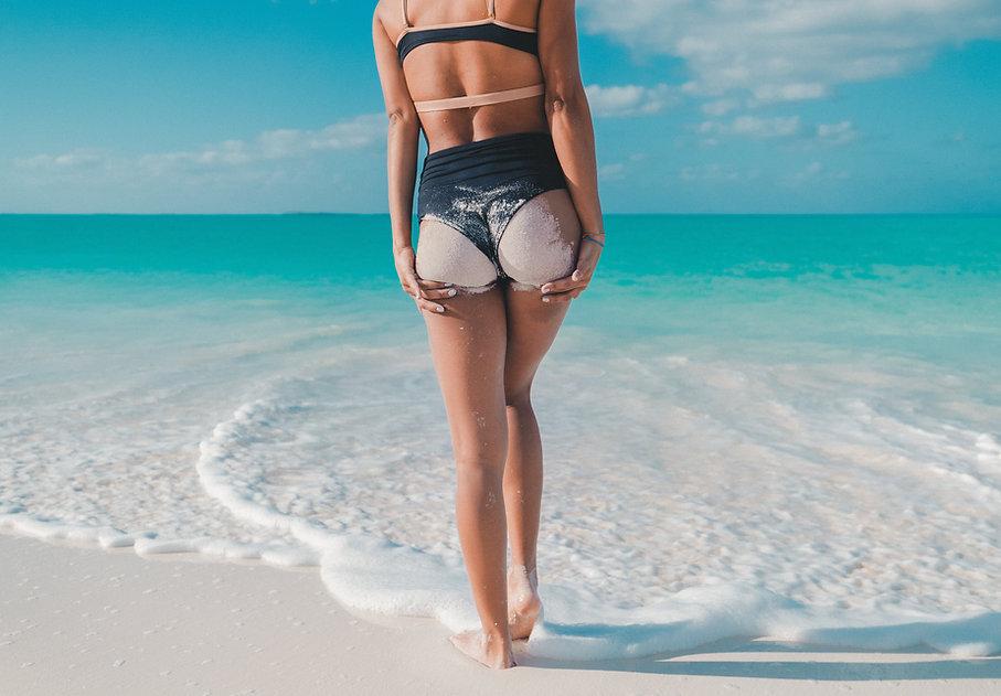 Mulher com areia no corpo