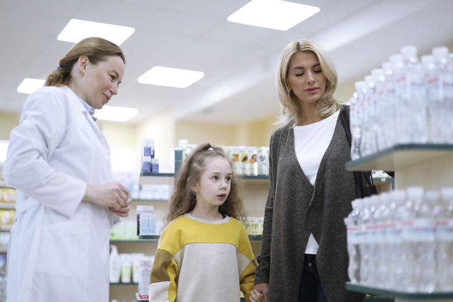 Mor och dotter på apotek