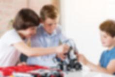 Niños y niñas aprendiendo robótica y programación con lego wedo y scratch en anglo centres.