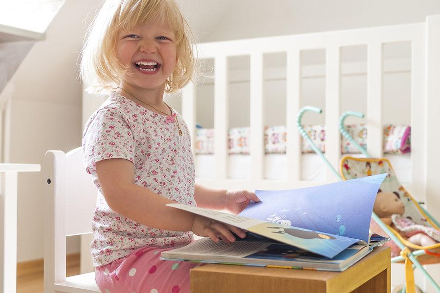 Mädchen lesen und lachen
