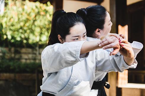Mujer practicando karate