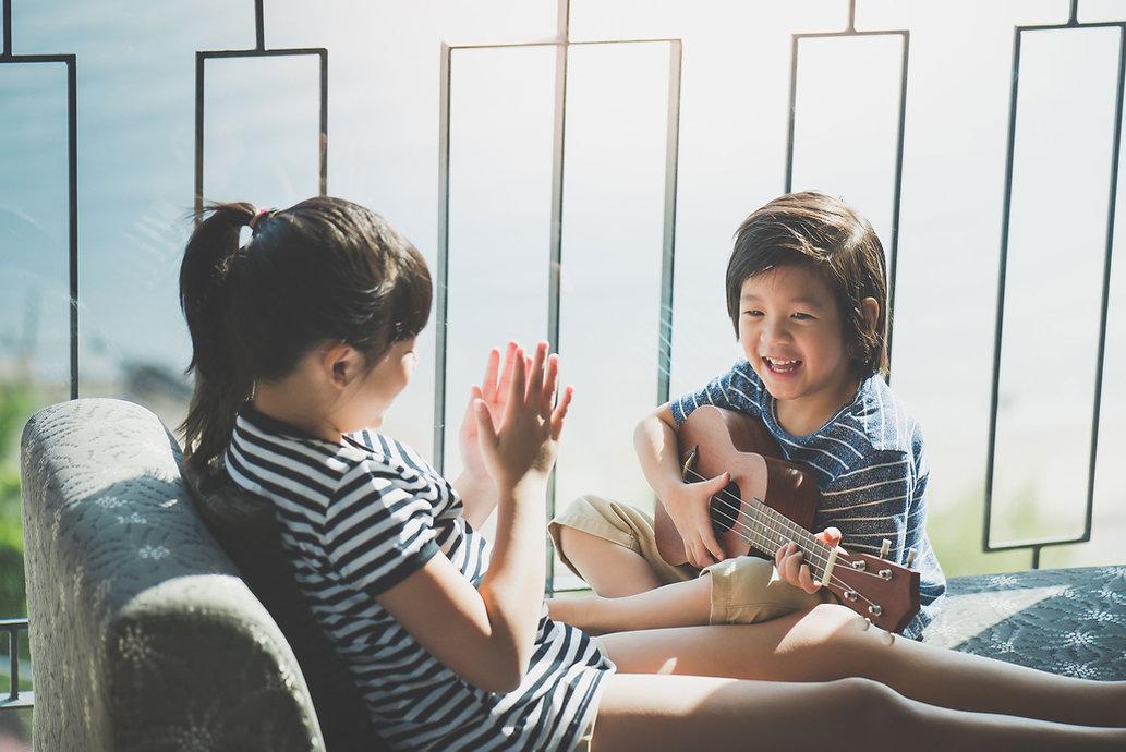 楽器を弾く姉弟