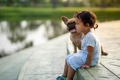 Hogyan segíthetnek a kutyák a szorongó gyerekeknek?