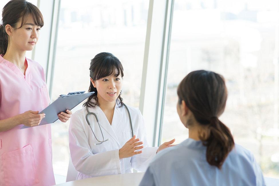 女医に相談する女性