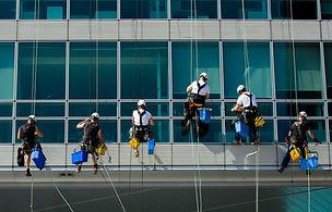gesicherte Arbeiter putzen Fassade