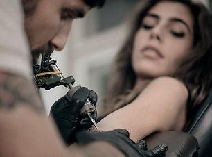Fille se faire tatouer un bras