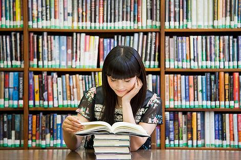 Lire des livres dans la bibliothèque