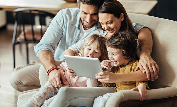 Família no tablet digital