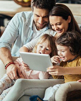 Familie auf digitalem Tablet