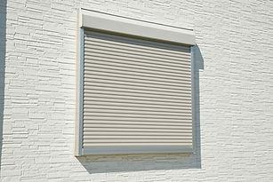 電動シャッター付きの窓