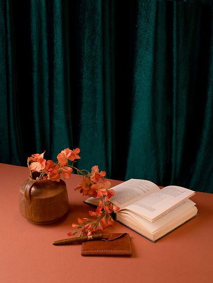 Buch und synthetische Blumen