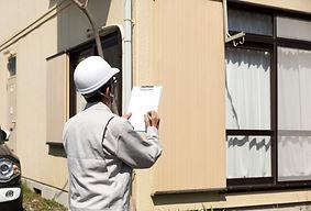 住宅とヘルメットの男性・現地調査
