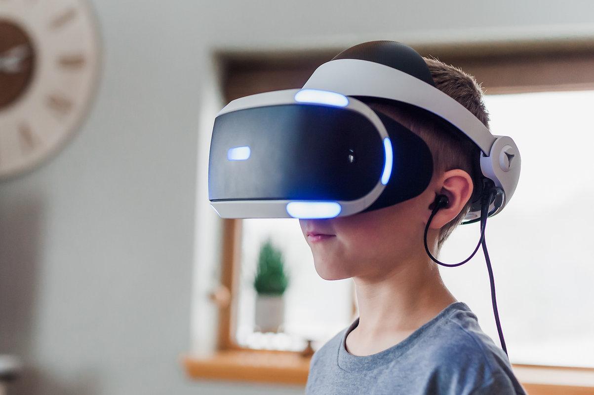 Kind mit VR-Brille