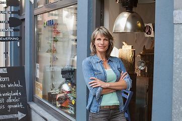 Vrouw bij winkel