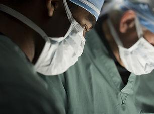 Chirurdzy w sali operacyjnej