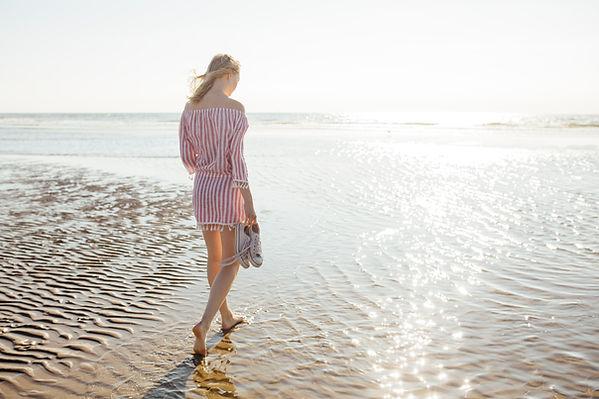 ビーチを歩く