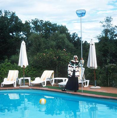 Modelo junto a la piscina