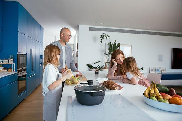 Rodzinny obiad przygotowujący