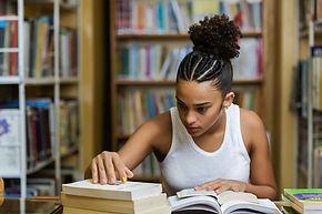 Estudando na biblioteca