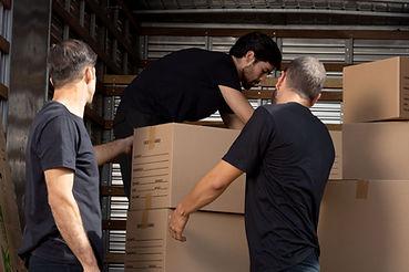 Homens e caixas de mudança