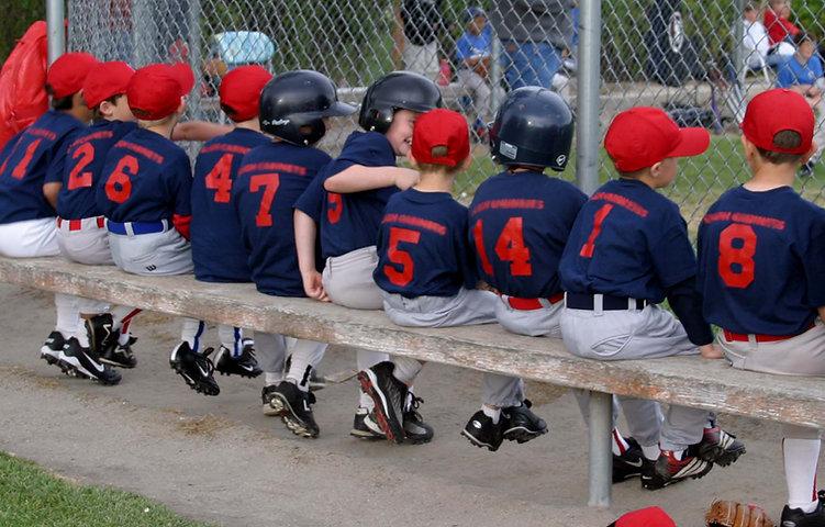 Petite équipe de la ligue sur un banc