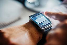 Relógio digital no pulso de uma pessoa.