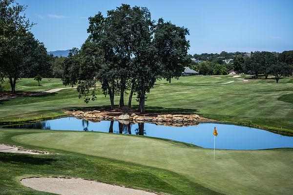 Campo de golfe com lago