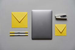 Laptop und Schreibwaren