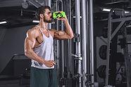 Mannelijke man in sportschool