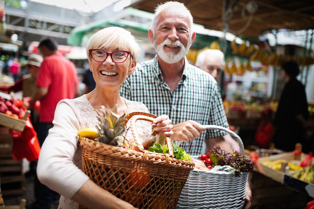 un couple épanoui sous hypnose au marché
