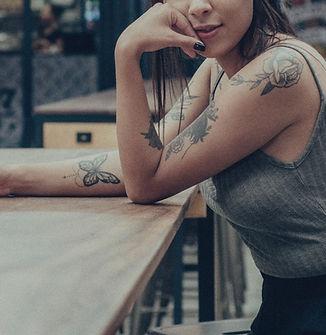 Cool meisje met tatoeages