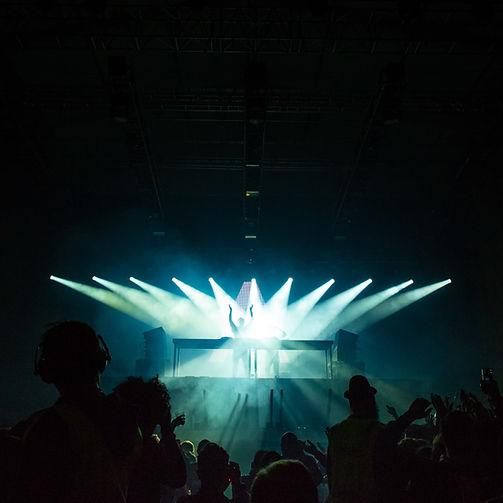 Luzes iluminando palco