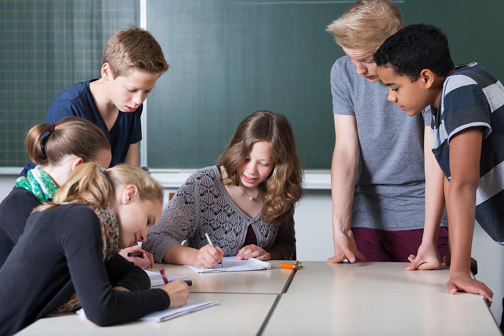 młodzi ludzie pracują w grupie