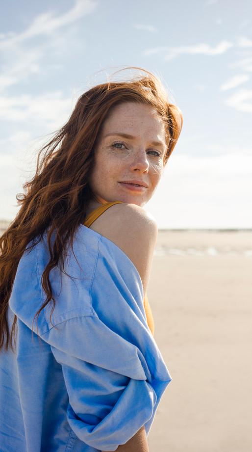 婦女畫像海灘的