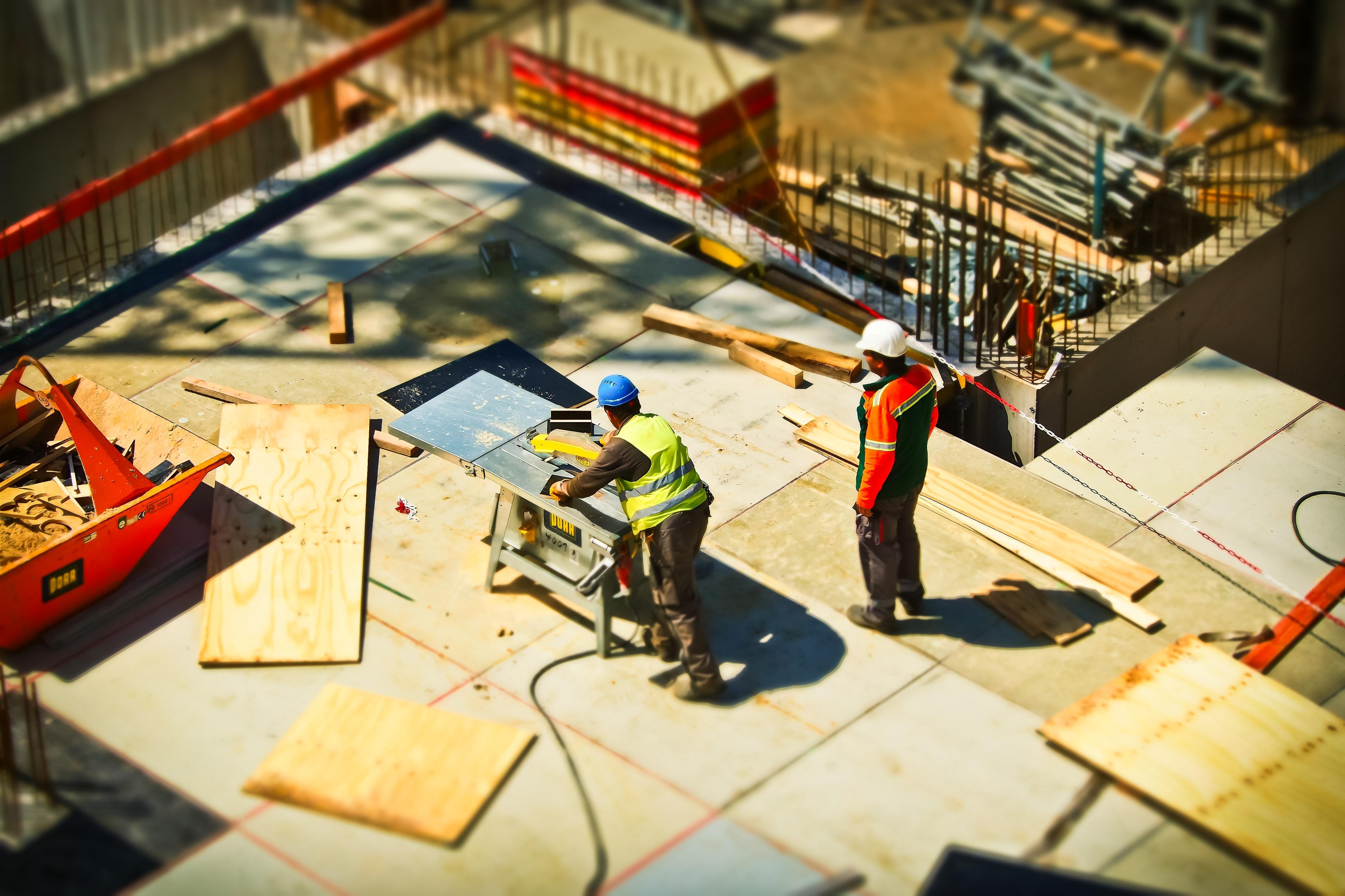 建設現場の木材切断